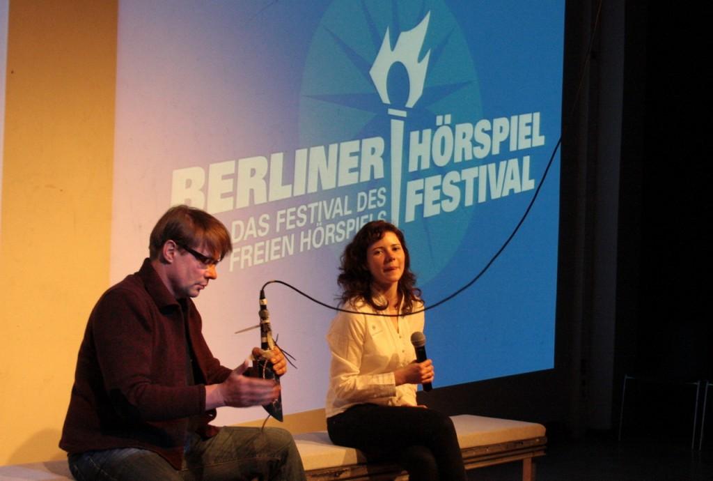 Die Moderatoren Robert Schoen und Marie Beckmann. Bild. Vito Pinto.