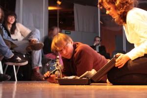 Robert Schoen und Marie Beckmann überreichen Felix Kubin telefonsich seinen Preis. Bild: Vito Pinto.