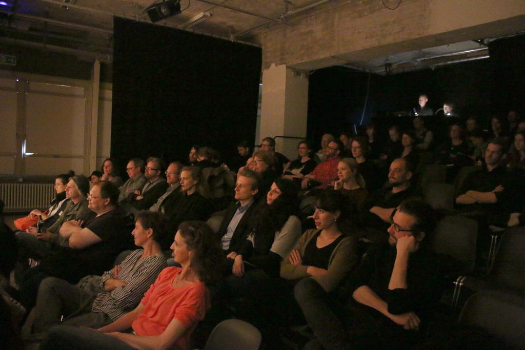 Gespannt lauscht das Publikum des 7. BHF den Hörspielen. Bild: Tito Loria.