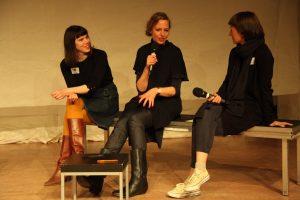 Anja Penner gerahmt von den Moderatorinnen Marion Czogalla und Silvia Vormelker. Bild: Tom Ben Guischard.