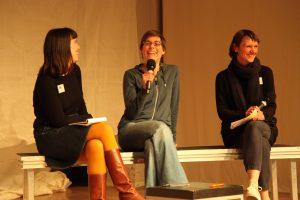 Friederike Kenneweg mit den Moderatorinnen Marion Czogalla und Silvia Vormelker. Bild: Tom Ben Guischard.