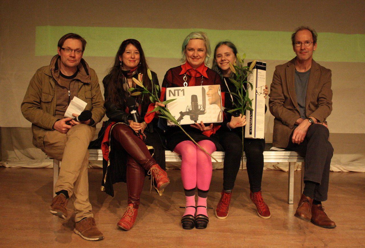 Die drei Erstplatzierten des Pulbikumspreises /// das kurze brennende Miko: Maja Das Gupta. Mariola und Bela Brillowska. Tom Heithoff. Bild: Etienne Röder.