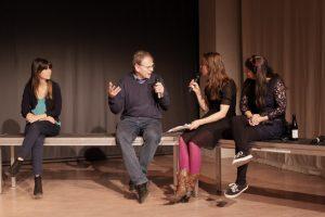 Thomas Hartung im Gespräch mit Britta Steffenhagen, Vivien Schütz (l.) und Maja Das Gupa (r.). Bild: Tim Zülch.
